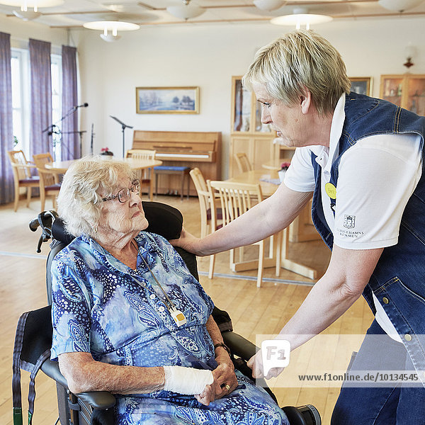 Senior Senioren Frau sprechen Wohnhaus Fürsorglichkeit
