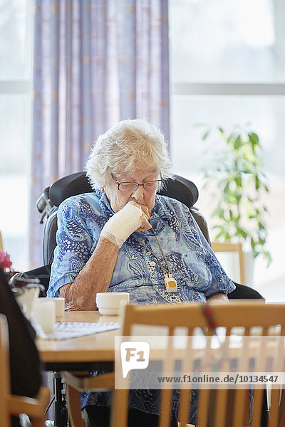 sitzend Senior Senioren Frau
