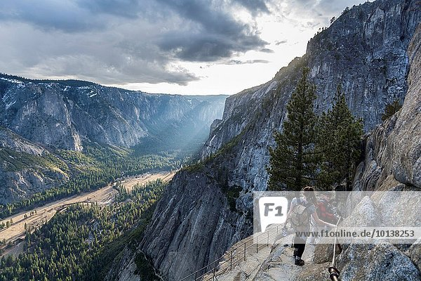 Vereinigte Staaten von Amerika USA Sonnenuntergang gehen Überraschung Tal wandern Ansicht zeigen Yosemite Nationalpark Kalifornien