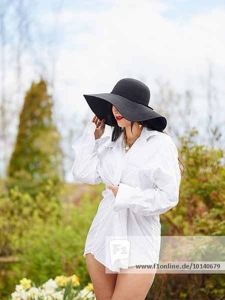 junge Frau junge Frauen Attraktivität Hut weiß schwarz Hemd Kleidung