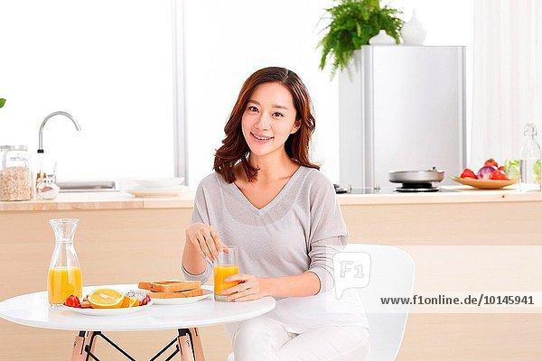junge Frau junge Frauen Portrait Frühstück