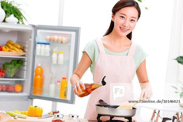 junge Frau junge Frauen kochen Portrait Küche