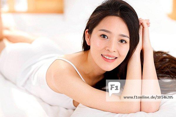 junge Frau junge Frauen Schönheit Schlafzimmer