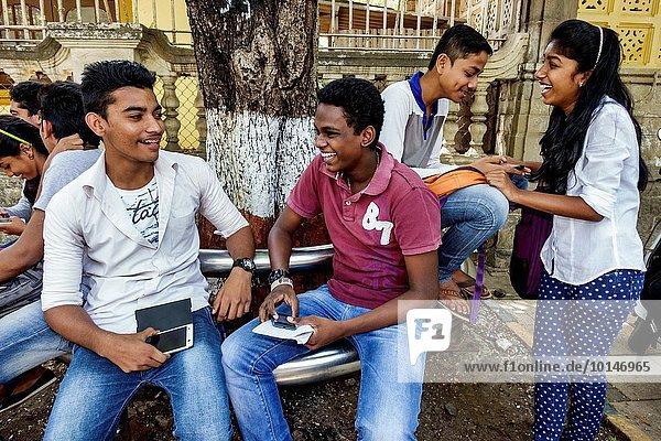 Jugendlicher Frau Mann sprechen Freundschaft unterhalten Junge - Person geselliges Beisammensein Student Mädchen Bombay Indien indische Abstammung Inder Knüpfen von Kontakten
