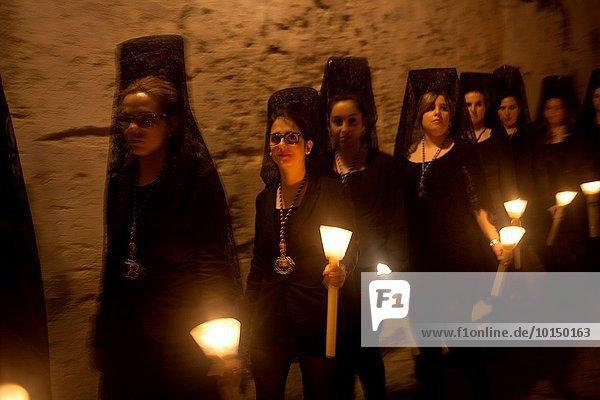 Frau halten Kerze Heiligkeit Kleidung Ostern Extremadura Prozession Spanien Trujillo Woche