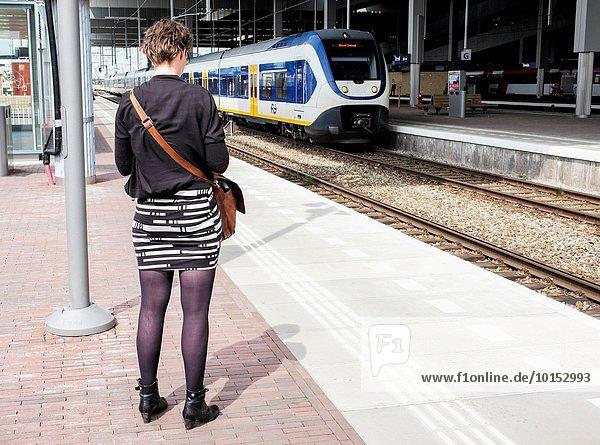 Verbindung warten Plattform Pendler Zug Mittelpunkt Niederlande Breda Haltestelle Haltepunkt Station