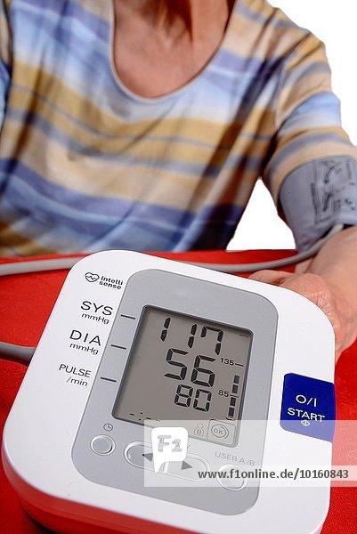 Interior zu Hause benutzen Blutdruckmesser Wohnhaus Prüfung Senior Senioren Bildschirm