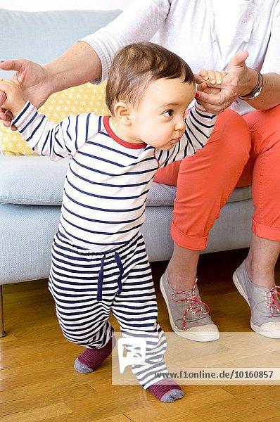 anprobieren gehen lernen 1 Mutter - Mensch Baby alt Jahr