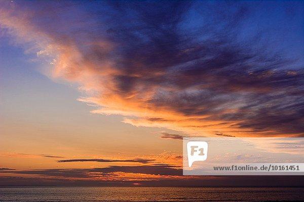 Sonnenuntergang über Küste North Devon Atlantischer Ozean Atlantik Wolkengebilde England