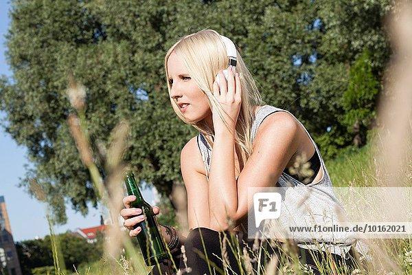 Frau zuhören Konzentration Musik Klassisches Konzert Klassik