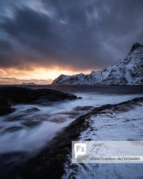 Winter bedecken über Küste Norwegen Schnee