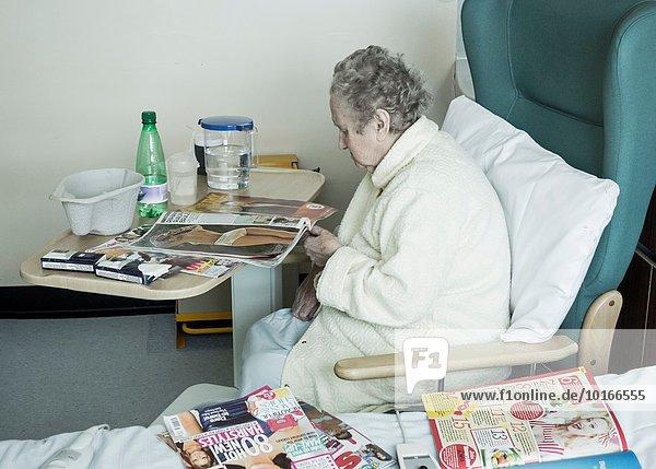 Krankenzimmer Wasser Großbritannien Krankenhaus Senior Senioren Bettseite Kanne Tisch