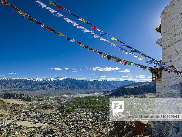 Das Kloster Namgyal Tsemo Gompa und Tsemo Fort  von tibetischen Gebetsfahnen umgeben  hoch über der Altstadt auf einem Bergrücken  Leh  Jammu und Kaschmir  Indien  Asien
