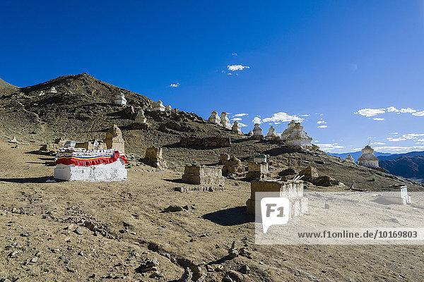 Buddhistischer Friedhof mit Gräbern und Chörten über der Altstadt  Leh  Jammu und Kaschmir  Indien  Asien