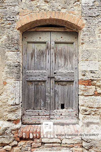 Holztüre  Lucignano d'Asso  Toskana  Provinz Siena  Italien  Europa