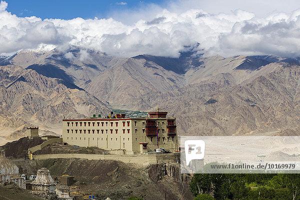 Stok-Palast  Stok-Kloster  auf einem Hügel über dem Indus-Tal  Hochgebirge hinten  Stok  Jammu und Kaschmir  Indien  Asien