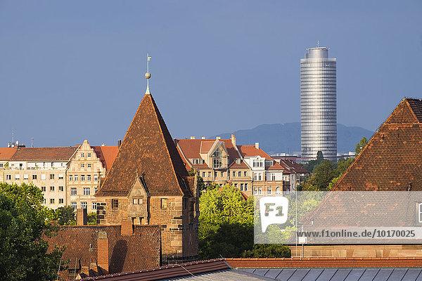 Männerschuldturm  hinten der Business Tower  Sebalder Altstadt  Nürnberg  Mittelfranken  Franken  Bayern  Deutschland  Europa