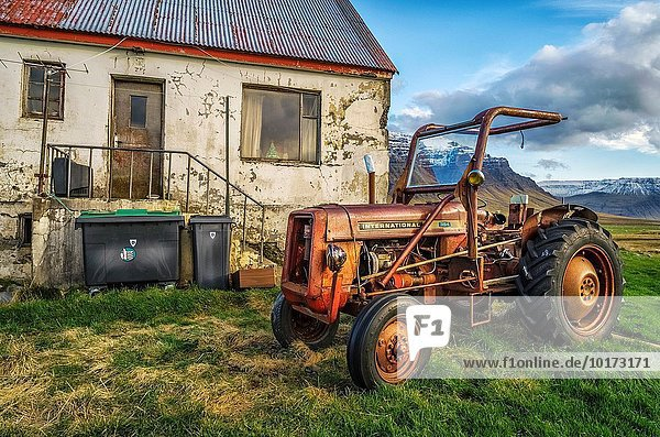 Bauernhaus Traktor frontal Verfall alt