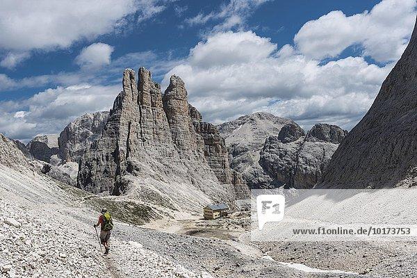 Rosengarten-Gruppe  Abstieg vom Santner-Klettersteig  vorne Gartlhütte  hinten Kletterfelsen Vajolett-Türme  2821 m  Dolomiten  UNESCO Weltnaturerbe  Alpen  Südtirol  Trentino-Alto Adige  Italien  Europa