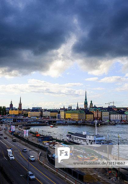 Ausblick auf Altstadt Södermalm und Gamla stan mit dunklen Wolken  Stockholm  Schweden  Europa