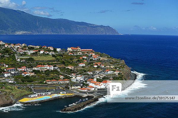 Ausblick auf den Ort mit Hafen  Nordküste  Ponta Delgada  Madeira  Portugal  Europa
