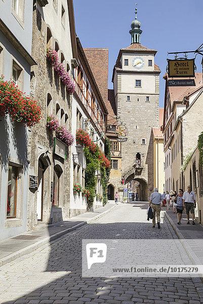 Weißer Turm in der Georgengasse  Rothenburg ob der Tauber  Franken  Bayern  Deutschland  Europa
