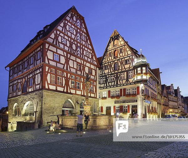 Typische mittelalterliche Gebäude mit dem St. Georgsbrunnen  Rothenburg  Franken  Bayern  Deutschland  Europa
