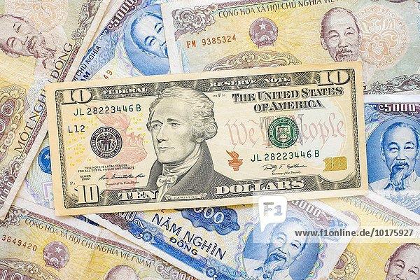 US-Dollar  10 US-Dollar  liegt auf Vietnamesische Dong Geldscheine  Banknoten  Geld
