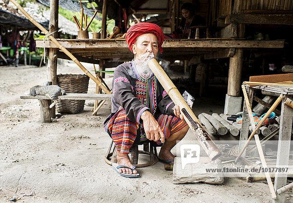 Mann des Bergvolks der Lahu in einem Dorf  Chiang Mia  Thailand  Asien