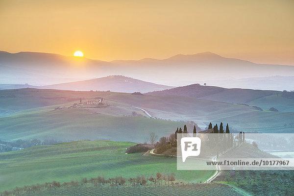 Podere Belvedere  Bauernhaus bei Sonnenaufgang  Orcia-Tal  San Quirico d'Orcia  Toskana  Italien  Europa