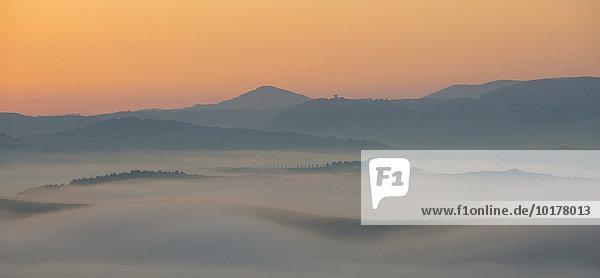 'Nebel Sonnenaufgang im Val d'Orcia  Toskana  Italien  Europa'
