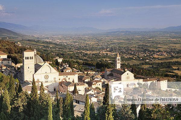 Ausblick über Assisi mit Dom von San Rufino und der Kirche Santa Chiara  Assisi  Provinz Perugia  Umbrien  Italien  Europa