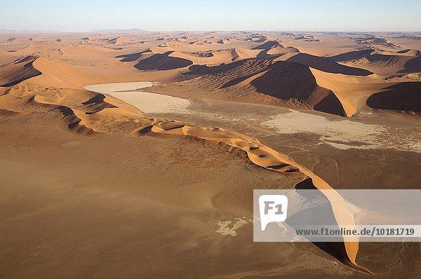 Luftbild  Sanddünen und trockene Ton-Pfannen in der Namib-Wüste  im Abendlicht  Namib-Naukluft-Nationalpark  Namibia  Afrika