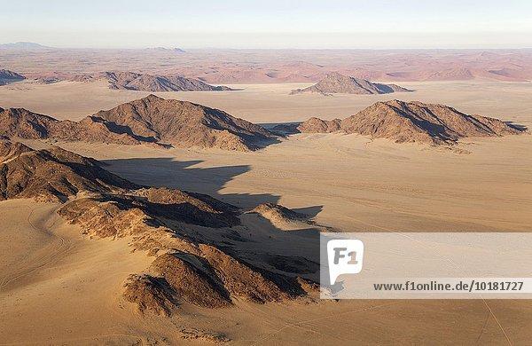 Luftbild  Trockengebiete und isolierte Bergrücken am Rande der Namib-Wüste  Namib-Naukluft-Nationalpark  Namibia  Afrika