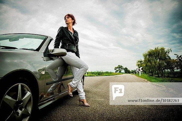 Frau Pose Auto Cabrio