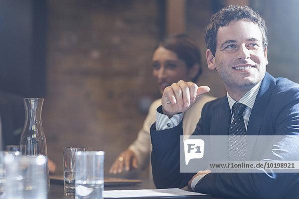 Lächelnder Geschäftsmann in Konferenzraumbesprechung