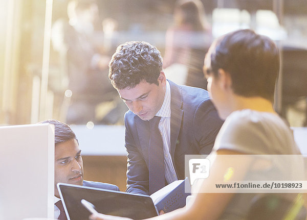 Geschäftsleute  die in Meetings arbeiten
