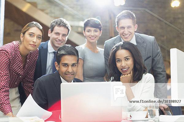 Portrait selbstbewusste Geschäftsleute am Laptop im Büro