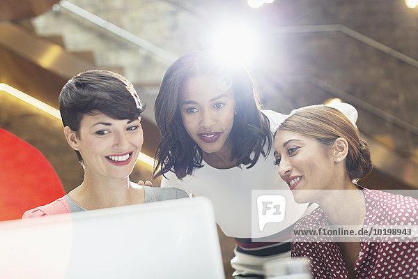 Geschäftsfrauen mit Laptop im Büro