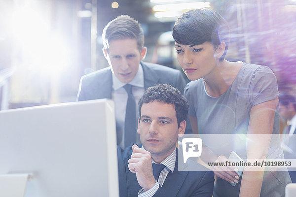 Fokussierte Geschäftsleute  die am Computer im Büro arbeiten