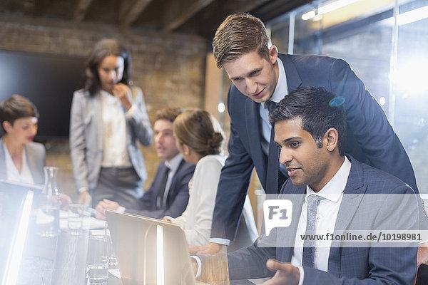 Geschäftsleute arbeiten am Laptop im Konferenzraum Sitzung