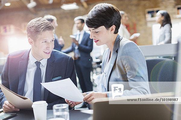Geschäftsleute diskutieren Papierkram im Büro