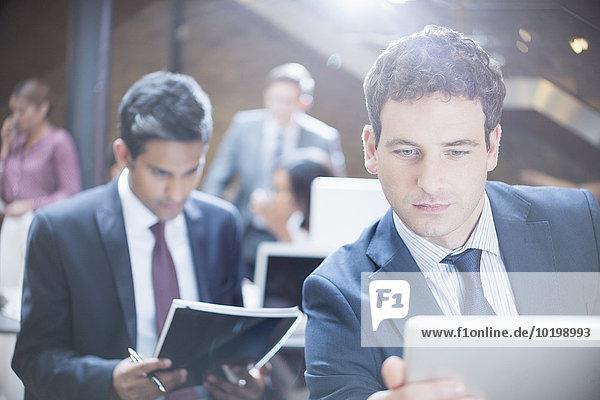 Geschäftsmann mit digitalem Tablett im Büro