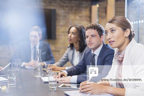 Aufmerksame Geschäftsleute im Konferenzraum Meeting