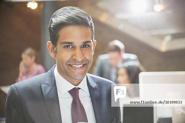 Nahaufnahme Portrait lächelnder Geschäftsmann