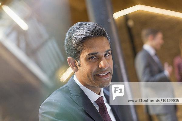 Portrait lächelnder Geschäftsmann im Büro