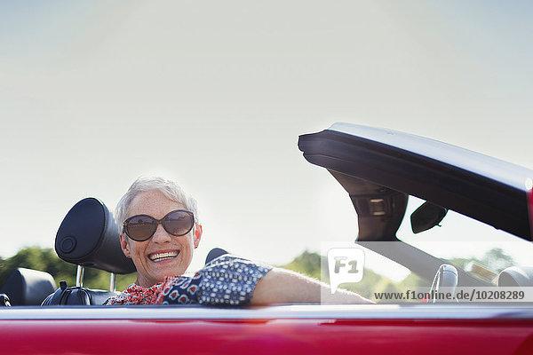 Portrait Seniorin beim Cabriofahren