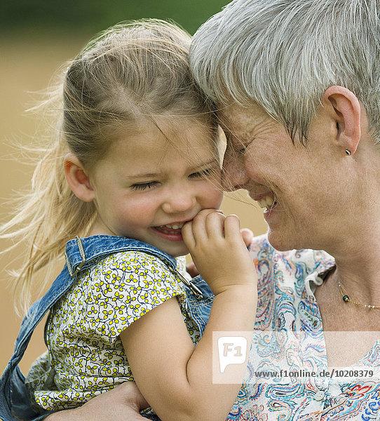 Nahaufnahme Großmutter und Enkelin beim Umarmen