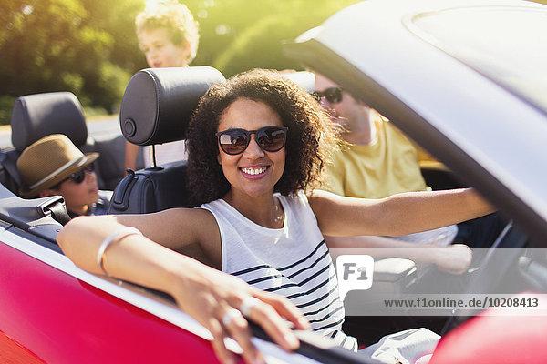 Portrait begeisterte Frau beim Cabriofahren mit Familie
