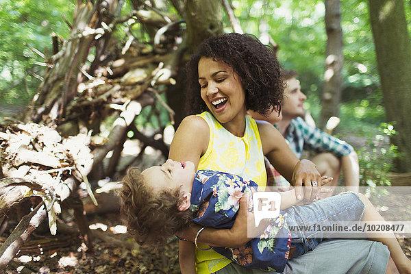 Verspielte Mutter und Sohn im Wald